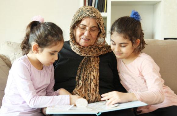 Großmutter mit den Enkeln